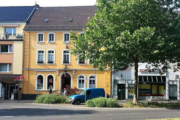 Der endgültige Standort: Vor der Hirschenapotheke an der oberen Hauptstraße