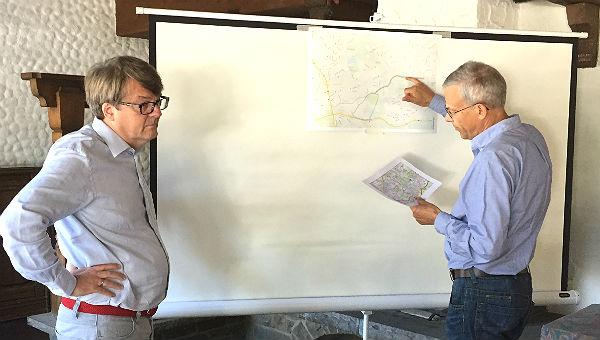 FDP-Fraktionschef Jörg Krell (BGL, rechts) und Vizefraktionschef (Köln) skizzieren die Route