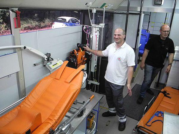 Ein Klinikbus steht für die Erstuntersuchungen bereit