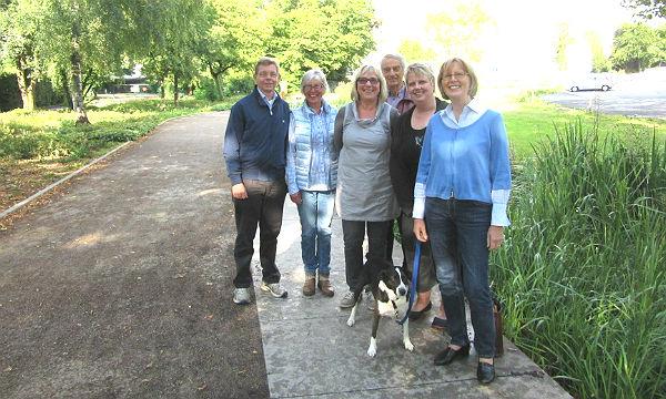Der Vorstand von Miteinanders: Elisabeth Sprenger, Gisela Röhrig, Karl-Gerhard Brück, Doro Corts, Roswitha Wirtz, Michael Schubek und Vereinshund