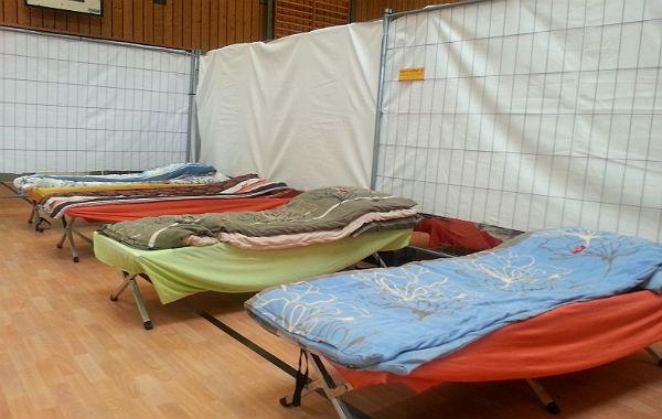 Die Betten in der Turnhalle in Venauen