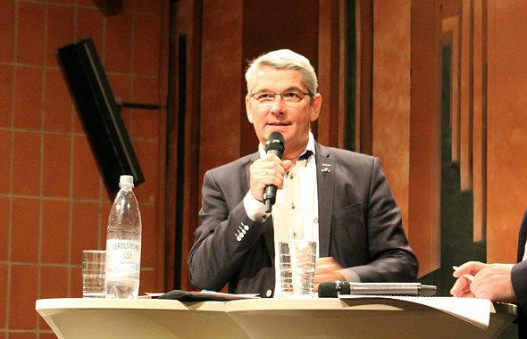Lutz Urbach bei der Bürgerversammlung zum Unterbringung von Flüchtlingen in Bergisch Gladbach Heidkamp, Bergischer Löwe