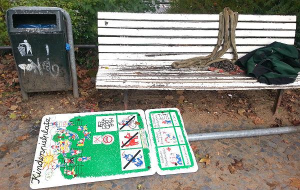 """Der Spielplatz am Forumpark in Bergisch Gladbach wird für das Hochwasserschutz-Projekt """"Strunde hoch vier"""" demontiert."""