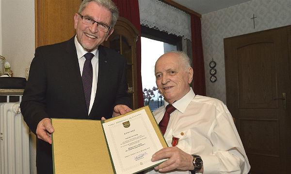 Vizebürgermeister Josef Willnecker überreicht Heinrich Lang die Goldene Ehrennadel der Stadt Bergisch Gladbach (Foto: Luhr)