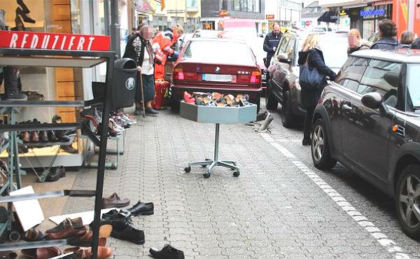 Das Unfallfahrzeug auf dem Bürgersteig.