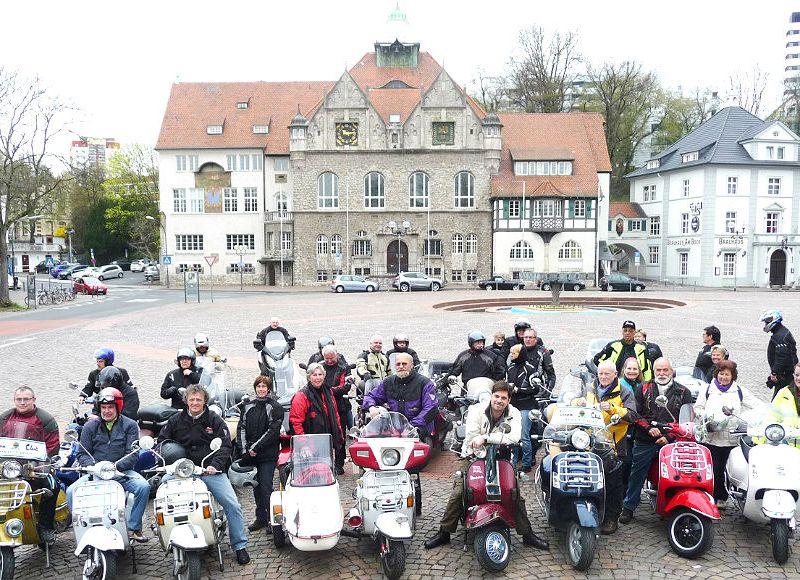 Der Vespa Club Bergisch Gladbach vor dem Rathaus