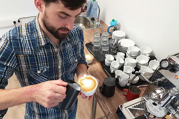 Lennart Altscher produziert in seiner Kaffeewerkstatt Quimbaya handwerklichen Spezialitäten-Kaffee