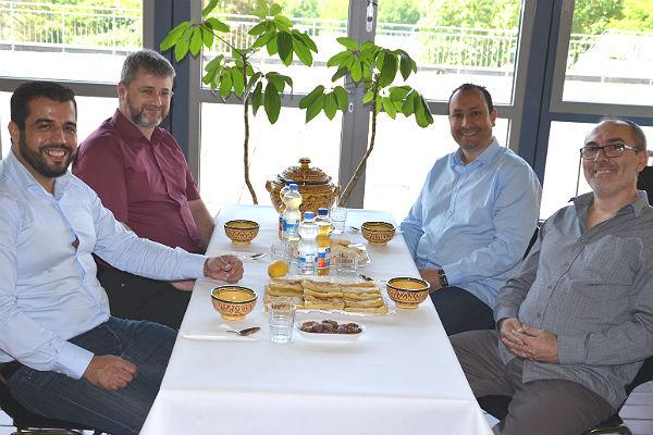 Karim Tollih, Sakir Demir, Mohammed Boukammous und Adnan Ljura organisieren das Fastenbrechen in der IGP