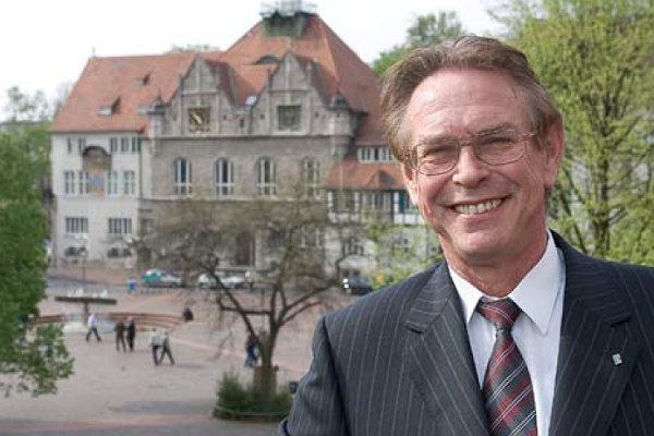 Das aktuelleste Bild von Holger Müller auf seiner Website ist von 2012. Daher zeigen wir die Autogrammkarte des Rösrathers