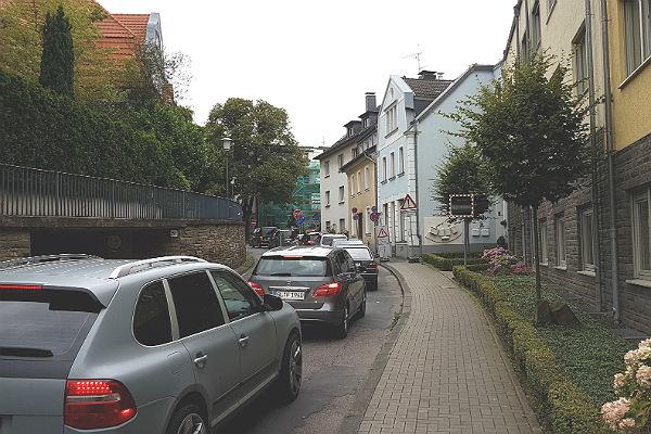 Gegen 16 Uhr staute sich der Verkehr ein Stück weit in Richtung Paffrather Straße zurück