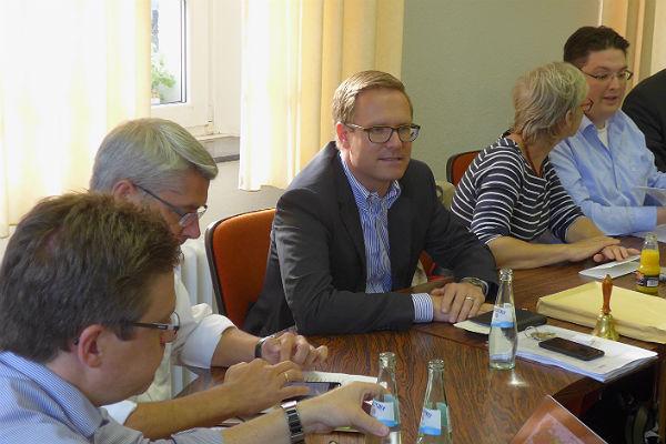 ^Seite an Seite: Bürgermeister Lutz Urbach und Michael Metten bei einer Fraktionssitzung der CDU. Foto: Peter Schlösser