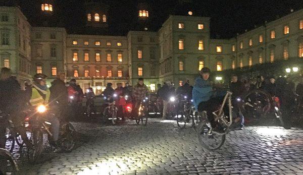 Die Sonderausfahrt der Critical Mass vor dem Bensberger Schloss. Foto: Sascha Bamberg