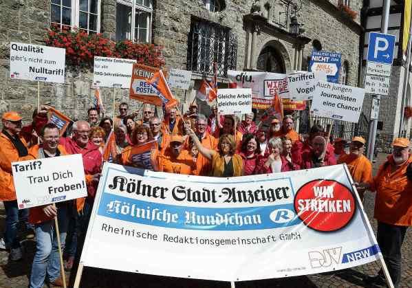 Vor dem Gladbacher Rathaus demonstrierten die Redakteure für gleiches Recht für alle.