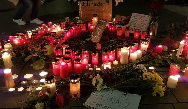 Mahnwache in der Fußgängerzone von Bergisch Gladbach. Hier war am Donnerstag ein 40-Jähriger bei einem Streit zu Tode gekommen.