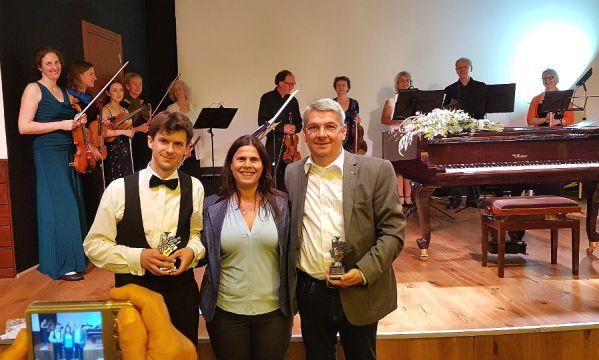 Roman Salyutov, Lizy Delaricha, Bürgermeisterin von Ganey Tikva, Lutz Urbach, BM GL, vor Angehörigen des Yachad Chamber Orchestra