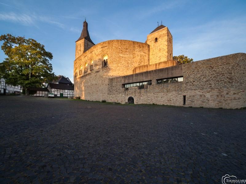 Die Mauern der Alten Burg Bensberg beherbergen heute das moderne technische Rathaus der Stadt Bergisch Gladbach, entworfen von Böjm