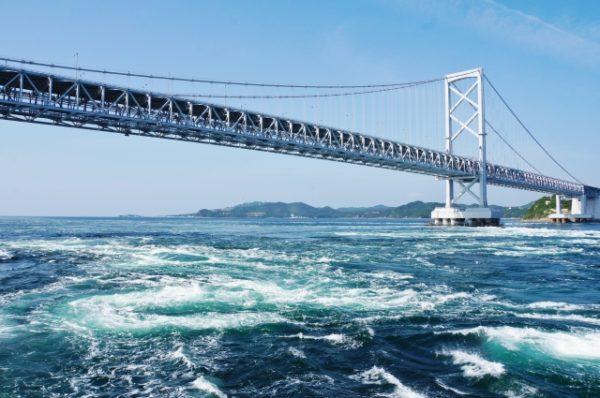 明石海峡大橋と渦潮