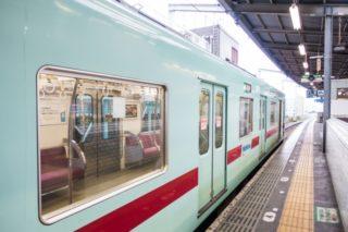 駅のホーム停車している電車