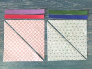 千代紙を三角に切る