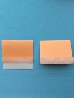 折り紙を真ん中で2つに折る