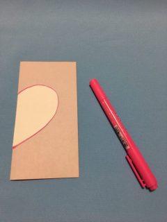 折り紙にハートの形をかく