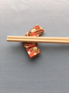 折り紙で作った箸置きに箸を置く