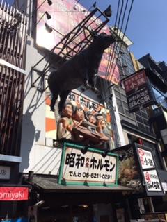 道頓堀の昭和ホルモンの牛の看板