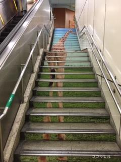動物園前駅の階段のキリン
