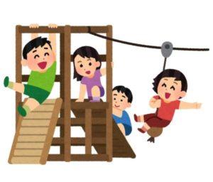 遊具で遊ぶ子供たち