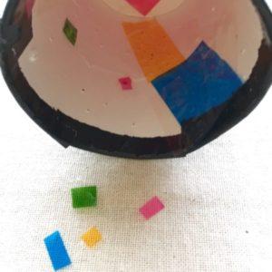 紙コップにカラーセロハンを貼っていく