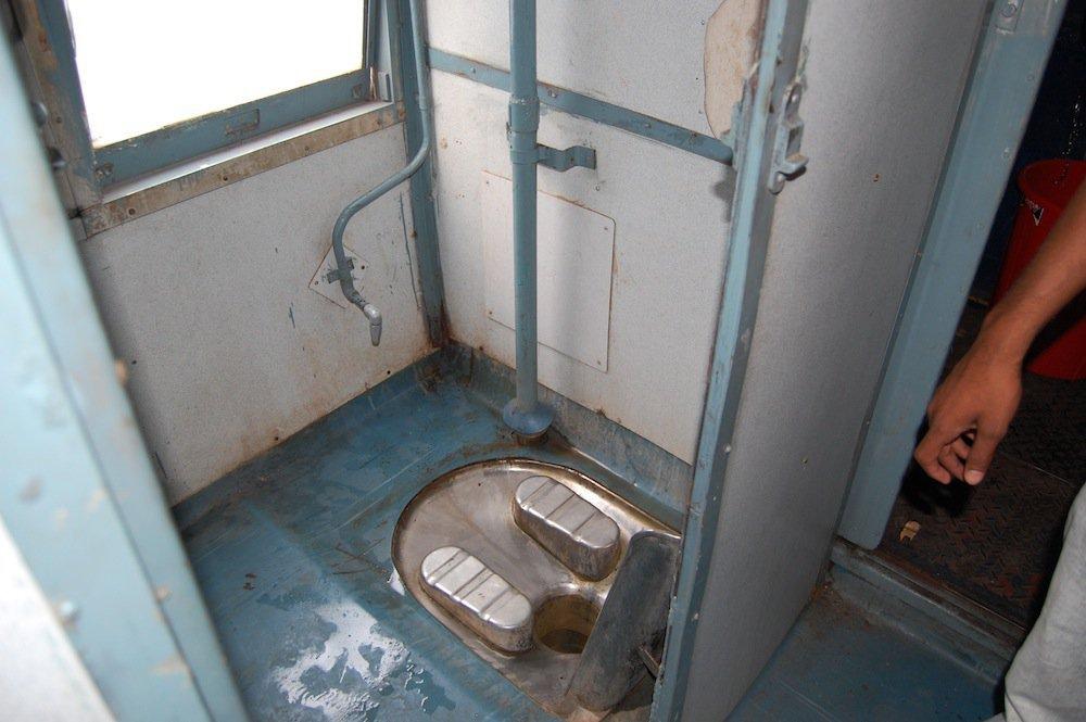 8 37 Ampun Dah Jorok Banget, 10 Kondisi Toilet di Kereta ini Liatnya bikin Mau Muntah Aja