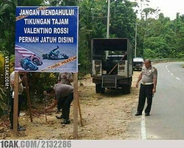 11 14 4 Spanduk Himbauan Lalu Lintas dari Polisi ini Liatnya Bikin ngakak. Lucu Tapi Kreatif Abis!