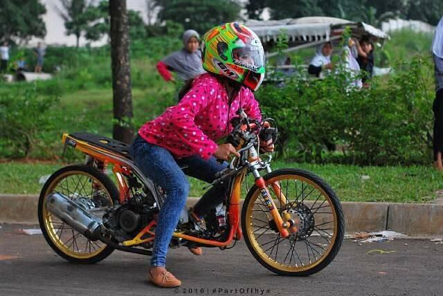 2 11 10 Potret Pacar Danis Kancil yang Juga seorang Drag Bike. Cantik Abis Dah!