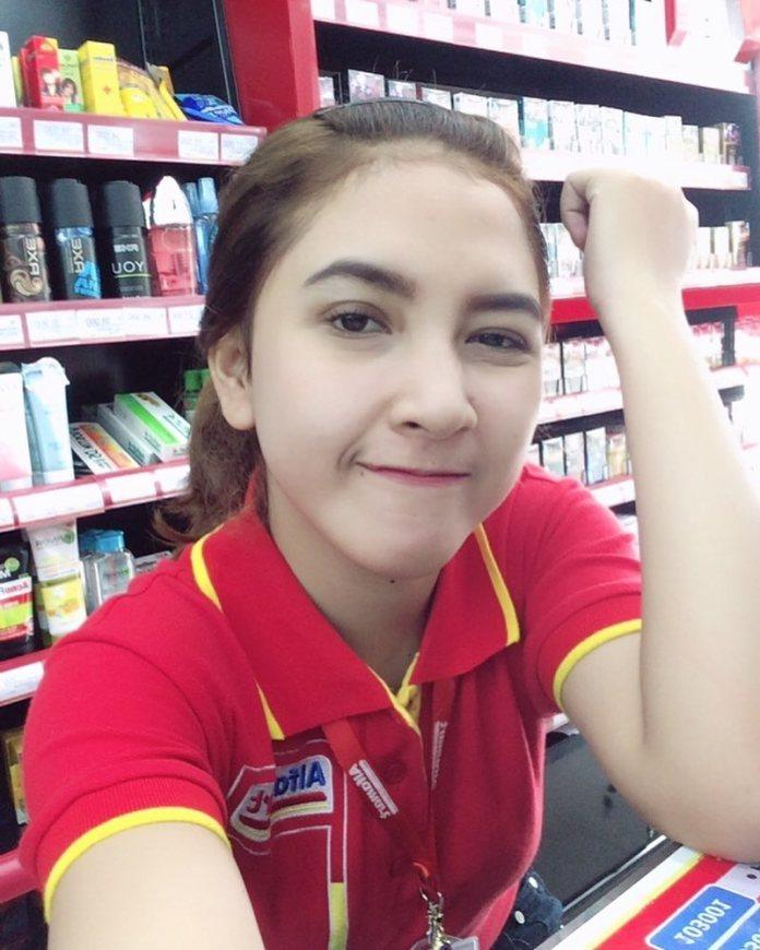 22070085 119376122068348 6129437154851422208 n Wajahnya Cantik Seperti Model, Kasir Mini Market ini Jadi Viral, Lihat nih foto fotonya