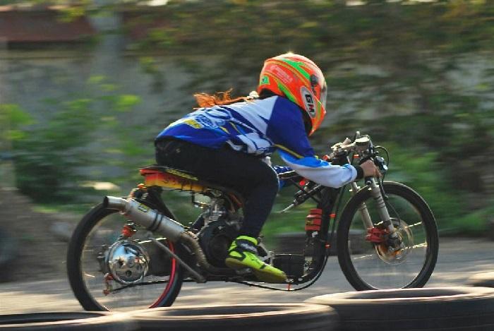 9 7 10 Potret Pacar Danis Kancil yang Juga seorang Drag Bike. Cantik Abis Dah!