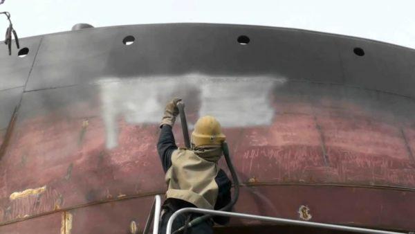 Proses pembersihan dan pengecatan lambung kapal