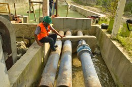 Pengecekan flow meter air limbah