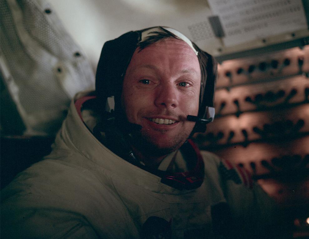 Neil Armstrong, dentro del Módulo Lunar Aguila. Claramente conmovido! Haz click en la imagen para ver la Galería completa!