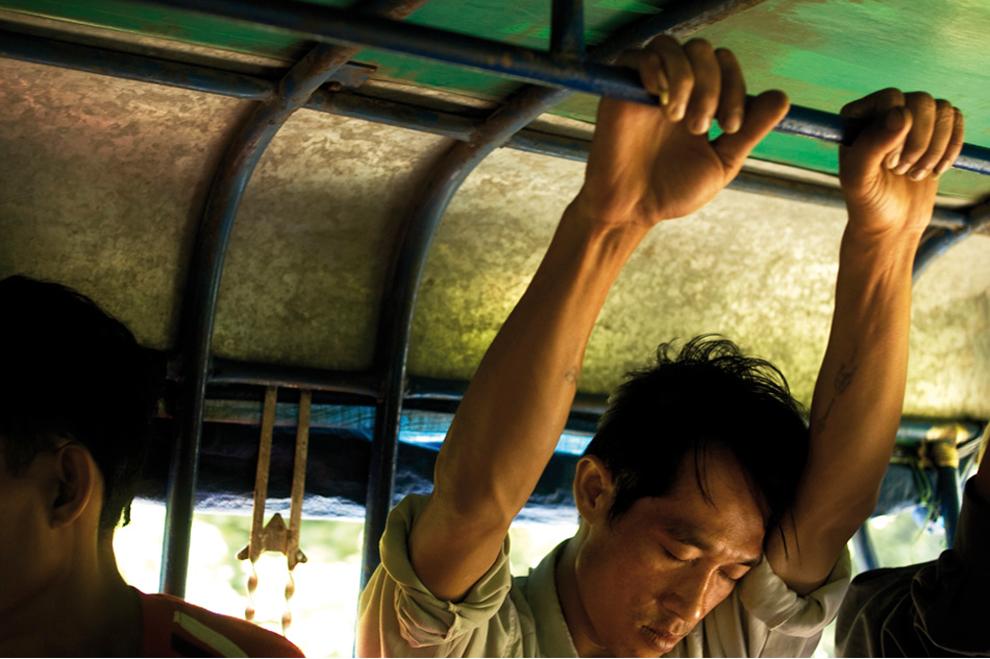 Pasażer autobusu gdzieś w Laosie
