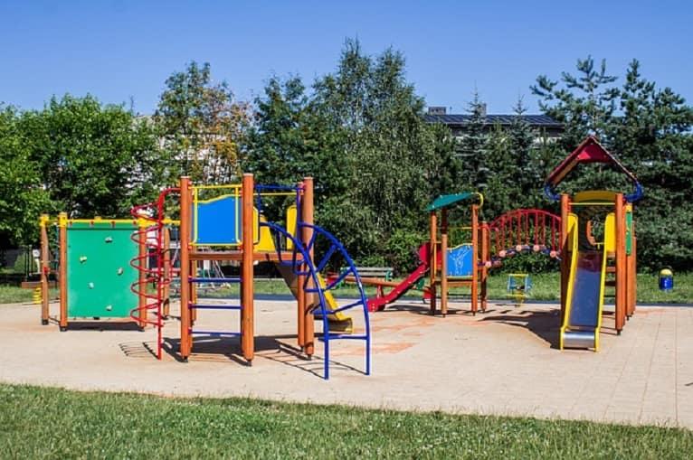 parque-juegos-jardin-familia