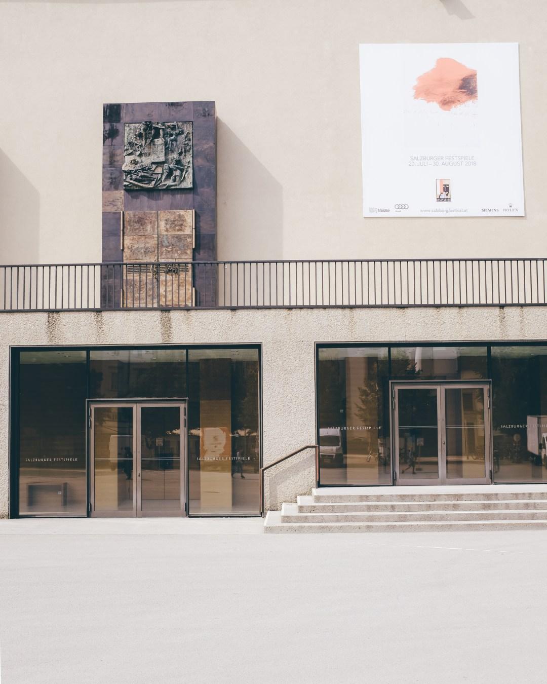 inastil, Ü50Mode, FashionÜ50, Modeberatung, Salzburg, Festspiele, Hose mit Blumenmuster, Seidenshirt, YSL Tasche Envelope, Slingback Pumps, elegant, Sale-9
