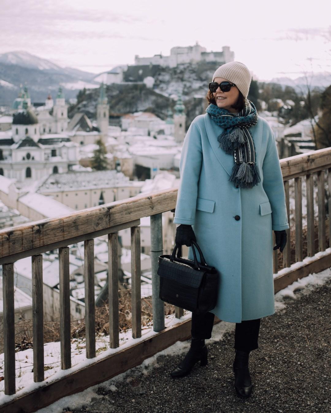 AUSSICHT Inastil, Maxwell Scott, Ü50Blog, Businesstasche, Salzburg, Modeblog, Styleover50, Stilberatung, Wintermode, Citymode, Wollmantel, blau,_-6