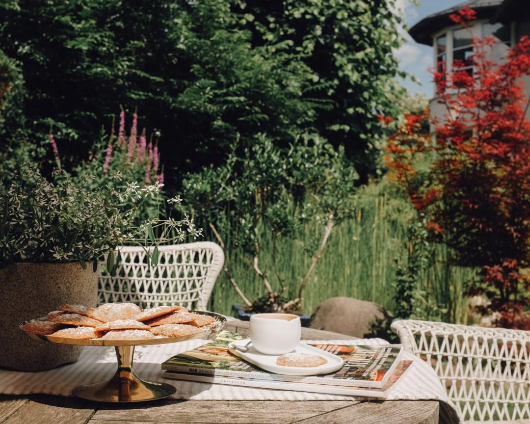 Inastil, Gebäck, Haselnussgebäck, Kaffee, Garten, Gartenteich, Schattenplatz, Freizeit, Kaffeezeit, Süsses,_-16
