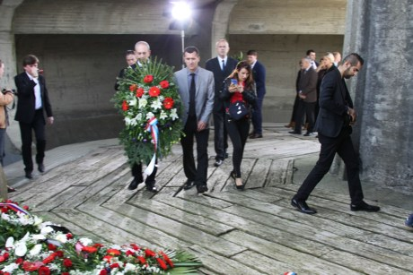 Representatives of Croatian National Platform lay a wreath at Jasenovac for victims of communist crimes as well on Friday22 April 2016 for the first time ever in this place of piety. Photo: Maxportal