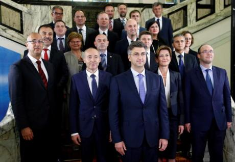 Croatia's new Prime Minister Andrej Plenkovic in centre poses with his ministers after his government was approved by the parliament in Zagreb October 19, 2016. Photo: REUTERS/Antonio Bronic
