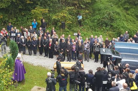 Many gathered at Huda Pit on 3 October 2016 to witness the transferal from mass grave of remains of victims of communist crimes of former Yugoslavia Photo: dnevno.hr