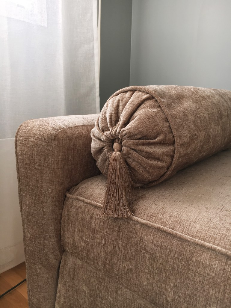 Detaljer i sammet. Min nya ombyggda soffa!