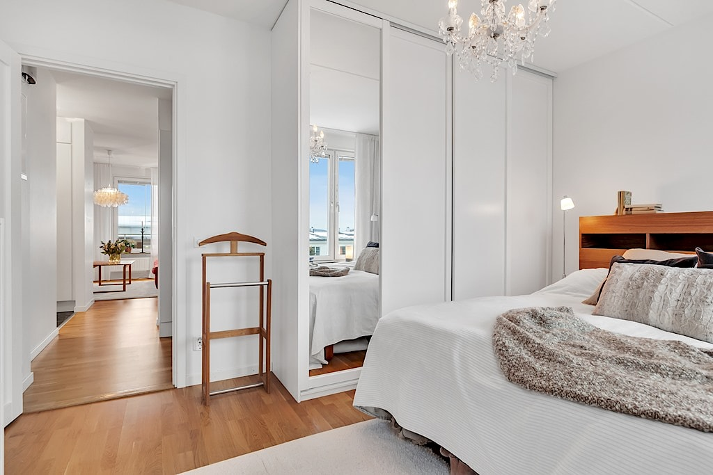 Homestyling av sovrum inför försäljning i samarbete med Skapa Inredning. Sickla Alle 11, Stockholm. Vi hjälper dig skapa stämningsfulla rum för att hitta rätt köpare till dig. Och önskar du själv hjälp med inredning till nytt nya boende så ordnar vi det också!