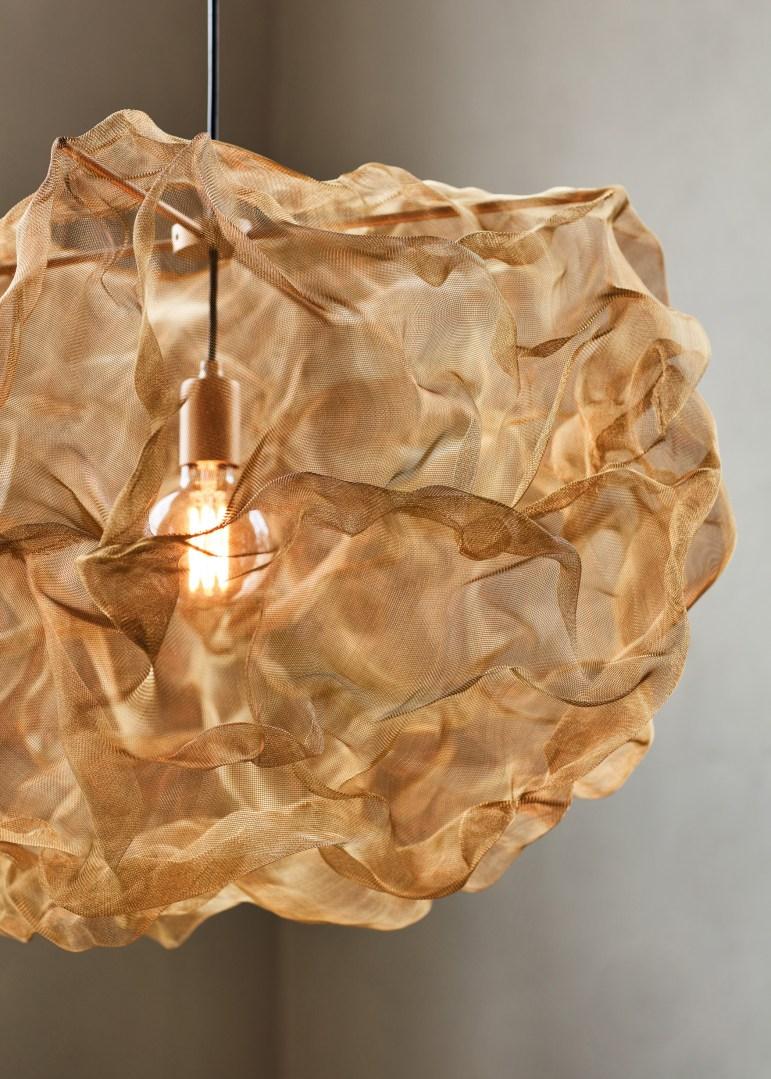 Taklampan Heat av mesh, mässing från Northern designad av Johanna Forsberg visades under Stockholms Design Week 2018.