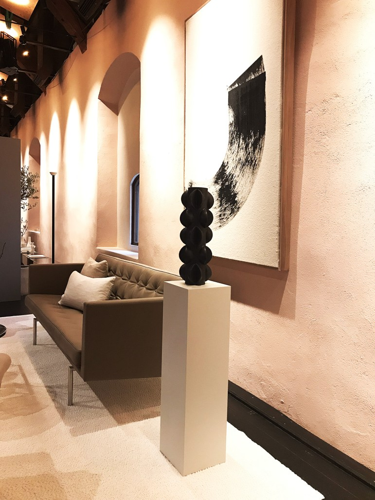 Dux Spaces. Säng- och möbelföretaget DUX visar tidlösa klassiker i ett nytt sammanhang. Ikonmöbler som Karin, Pernilla och Jetson tillsammans med möbler av Claesson Koivisto Rune tolkas i nya skepnader av Lotta Agaton.